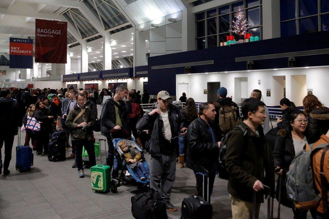 为防范恐攻,美国将禁止部分飞美航班的旅客携带大型电子装置登机。(图/载自路透社)