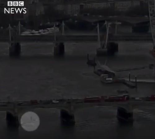 女子疑似遭撞落桥。 (图取自推特)