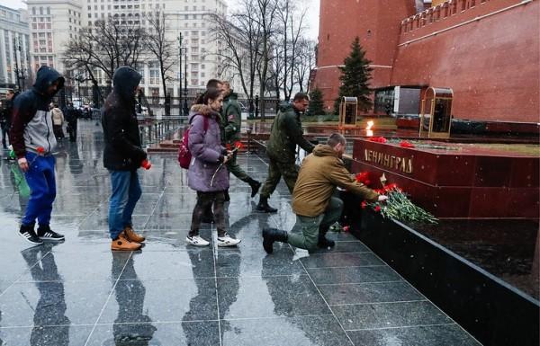 莫斯科市民在圣彼得堡地铁发生爆炸案后,到亚历山大花园内,象征圣彼得堡市的纪念碑前献花致意(图撷取自塔斯社)