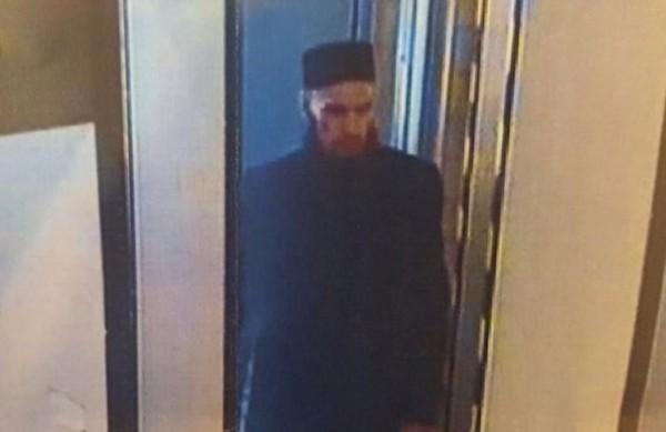 有消息人士透露,地铁站的监视器可能捕捉到了嫌犯的影像,多家俄国媒体也公布相关画面。不过事后传出这名男子已出面向警方说明,他与本案并无关联。(图撷取 取自国际文传电讯社)