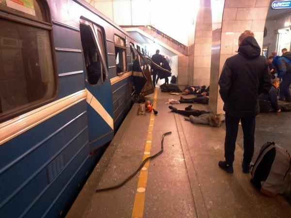 俄罗斯圣彼得堡一列由科技学院站开往先纳亚广场站的地铁惊传爆炸,车厢门被炸开,还有数人倒卧在车厢旁。(美联社)