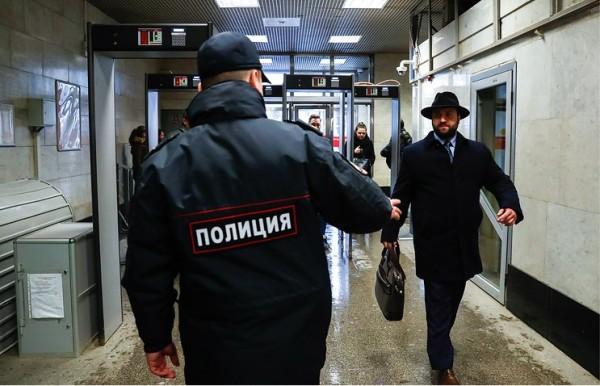 爆炸发生后,莫斯科机场,车站也加强安检。(塔斯社)