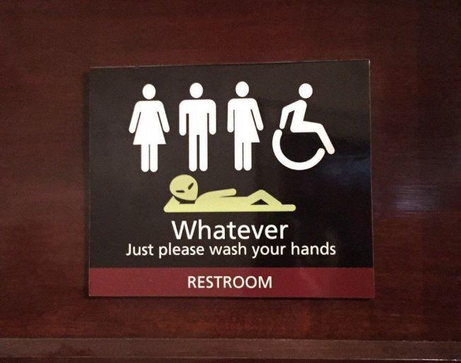 纽国南岛第2大城但尼丁一家剧院为支持跨性别者,在其友善厕所贴出创意标语,被当地居民大赞「好样的!」图/撷自推特