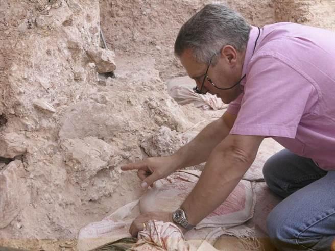 考古学家胡伯林在2007年在摩洛哥Jebel Irhoud遗址指着一个破碎的头骨。(美联社)