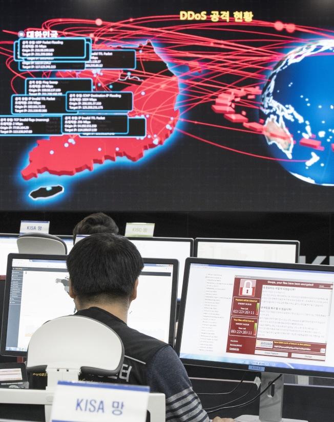 南韩网路安全局人员从电子看板监控勒索病毒在全世界的攻击情形。 (美联社)