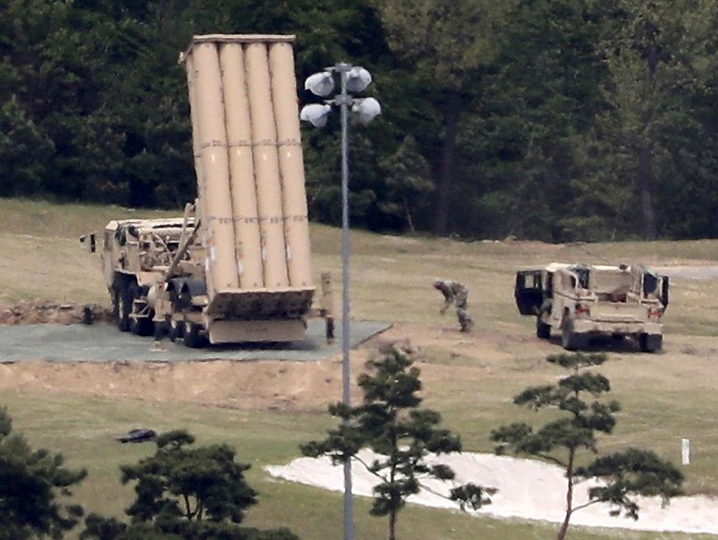 韩联社报导,一名南韩官员表示,南韩国防部6日开始准备对部署中的美国萨德导弹防御系统(THAAD)进行全面环境冲击评估。此举将延迟萨德的部署行动。 (美联社)