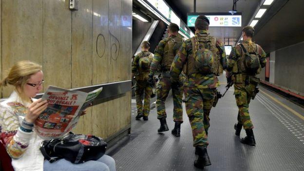 布鲁塞尔在去年爆炸后加强了警察巡逻。