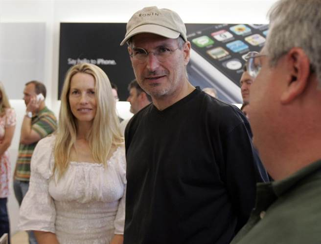 苹果公司创办人贾伯斯(图右)生前少数与妻子劳伦(图左)于公开场合的合照。 (图/载自美联社)