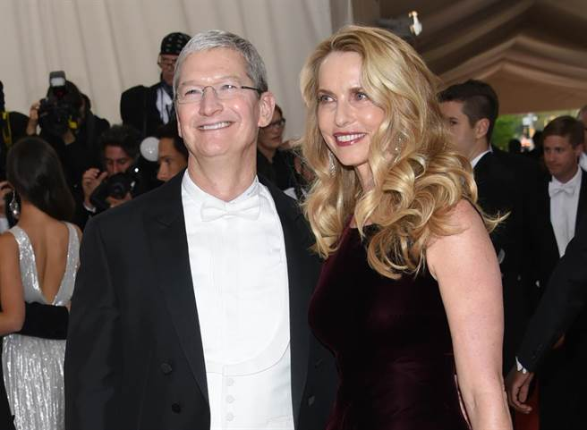 贾伯斯病逝后,身为苹果大股东的劳伦(图右)与现任执行长库克(图左)共同出席晚宴。 (图/载自美联社)