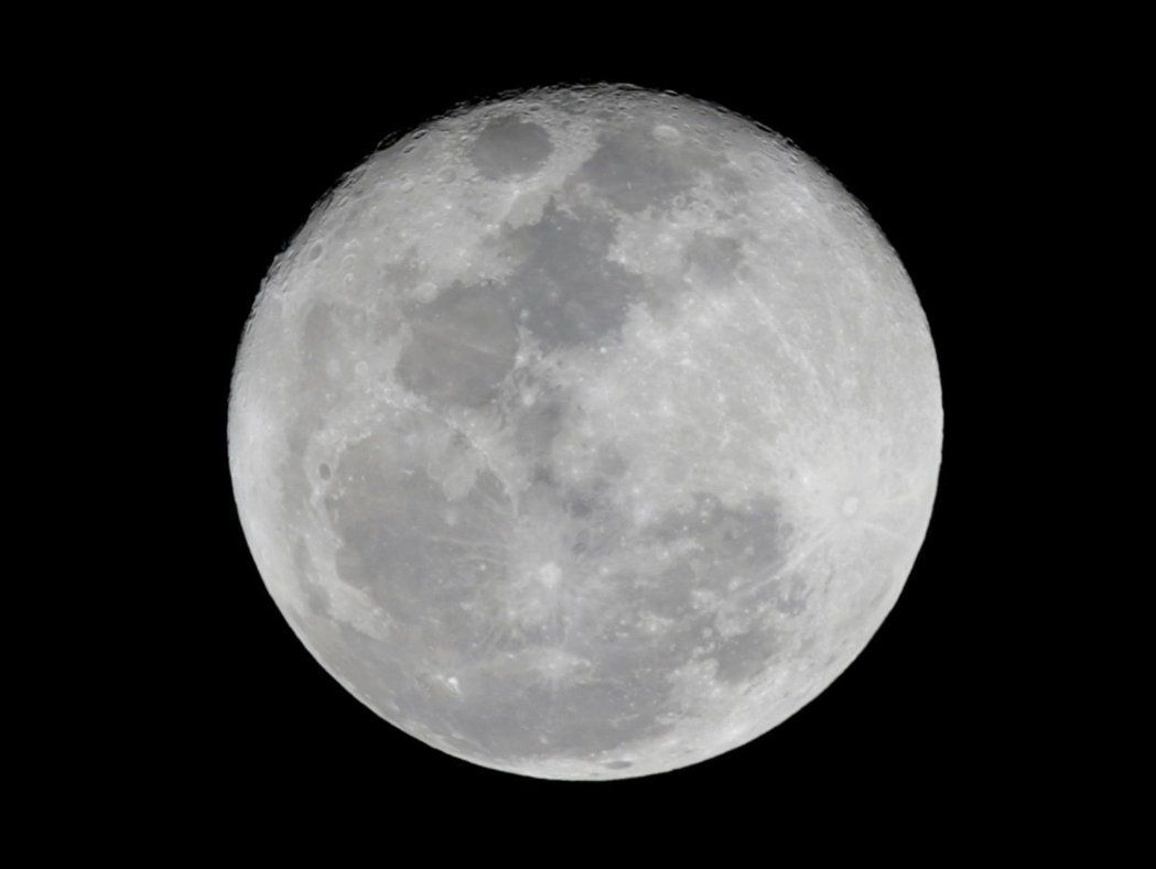 过去常将月球视为无水的星球。但布朗大学研究人员指出,地表下方水资源疑似藏于火山沉积物中,这也进一步证实月球蕴含丰富水量。路透