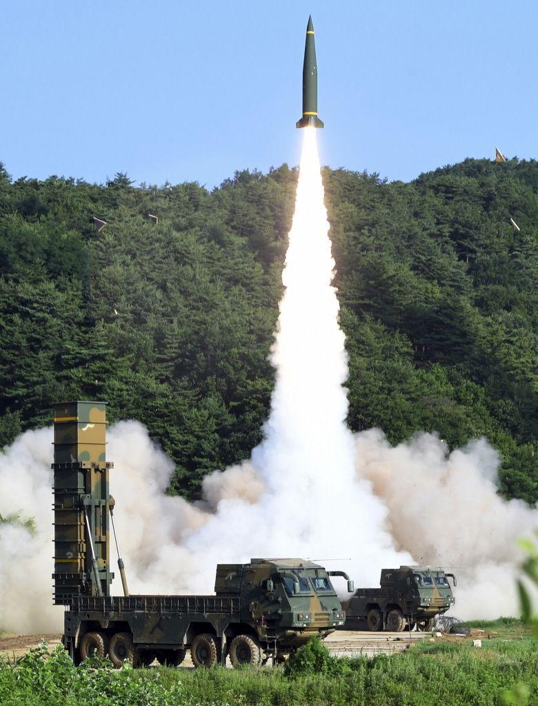韩媒报导,有消息指称韩美计划修改「韩美飞弹指南」,将射程为800公里的弹道飞弹弹头重量,从500公斤增加到1000公斤。青瓦台一名幕僚对此表示,难予证实。图为本月初韩美演习画面。美联社