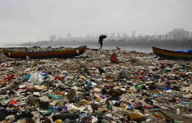 印度海边的垃圾。(图 / 取自美联社)