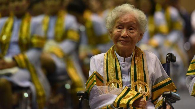 泰国91岁老奶奶金库尔9日自素可泰大学毕业,获得人类生态学学位。(图/取自BBC)