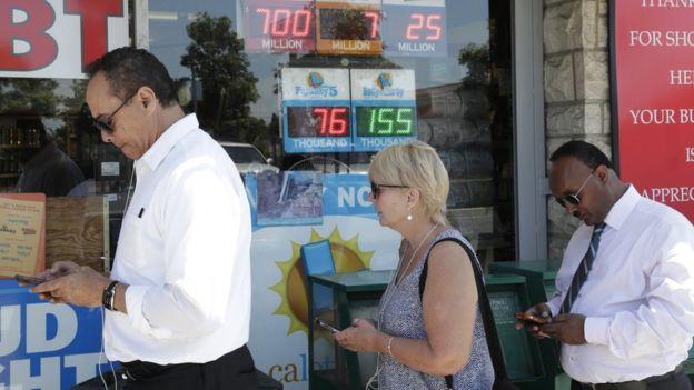人们在加利福利亚的一家店外排队买彩票。(图/取自BBC中文网)