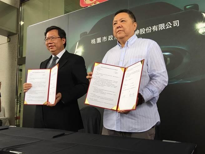 桃园市长郑文灿与淳绅公司董事长沈玮签订合作意向书。(图/取自中时电子报)