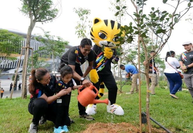 """凯里(左三)今早在""""1牌1树""""计划推介礼后,与太太诺丽.阿都拉及儿子拉伊夫.阿维罗斯在武吉加里尔吉隆坡体育城进行植树活动。(图/取自星洲日报)"""