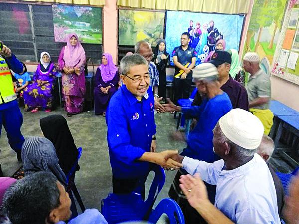 吉打州大臣拿督斯里阿末峇沙周日上午巡视阿罗孟古鲁的临时疏散中心。