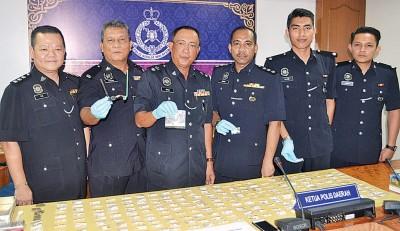 奥玛巴迪亚(左3)在陈木华(左起)、三努西、沙力尔、那吉、杰里陪同下召开记者会,也展示肃毒组所起获的毒品。