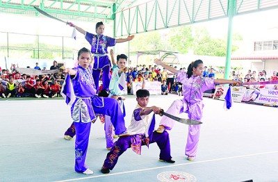 马六甲队称霸压轴上演的集体项目。