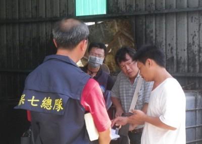 警方在2014年9月查获郭烈成(右)制造馊水油的地下工厂。