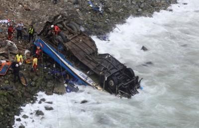 """秘鲁帕萨玛由(Pasamayo)当地时间2日发生一起死亡车祸,一辆巴士与卡车在当地著名危险道路""""魔鬼弯""""相撞,巴士坠下100公尺高的悬崖,至少有36人丧生。"""